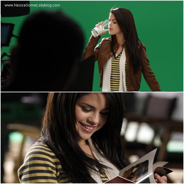 """Selena sur le plateau de la publicité """"borden milk""""."""