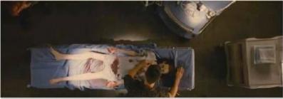 quelques photos de breaking dawn (officiel) sur ces photos ont peut apercevoir bella lors de son accouchement et edward tenant renesmée lorsqu' elle est  née