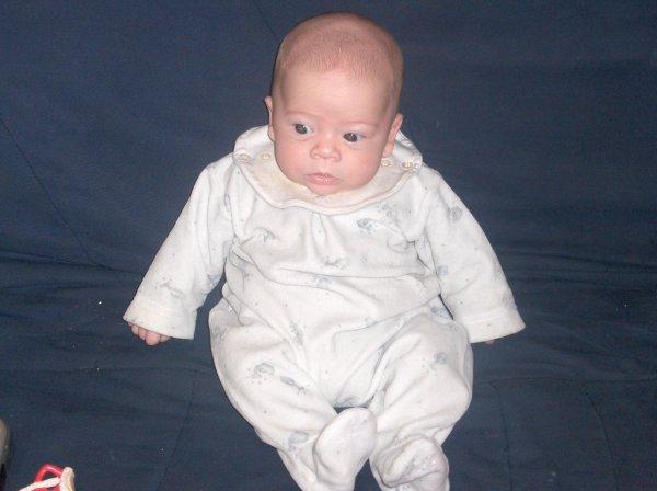 mon fils qui tien tout seul assis a 2 mois