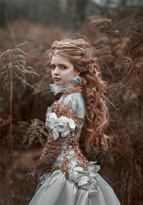 L'amour d'une jeune fille est une fleur qui s'épanouit au soleil de l'espérance.