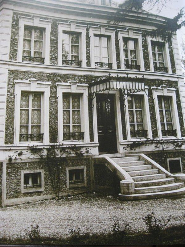 """Villa """" Raymonde """"   à Vaucresson ( 92420)  où est né Jean FERRAT en 1930"""