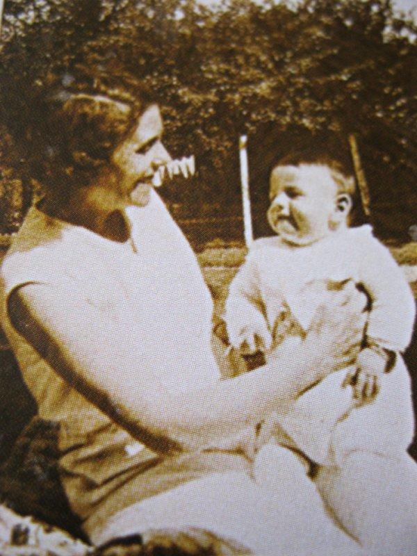 Jean dans les bras de sa maman