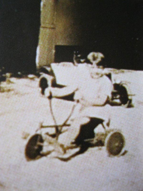 Jean FERRAT sur un tricycle