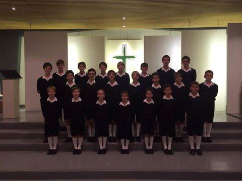 Les Petits Chanteurs de France ont accompagnés les reliques de St Geneviève pour la dédicace de l'autel de la chapelle St Pierre à St Sulpice