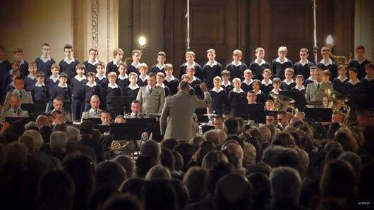 Petits Chanteurs et Orchestre de la Légion à l'unisson