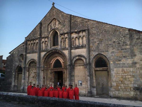 Devant l'église de Ruffec