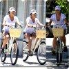 Vanessa et sa soeur fesant du vélo dans les rue de L.A <3 puis elle a était A LA PREMIÈRE DE CAPTAIN AMERICA