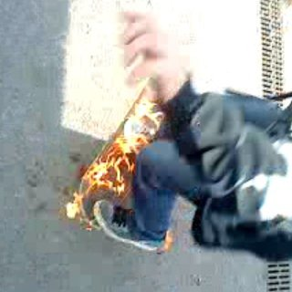 moi sur mon skate en feu