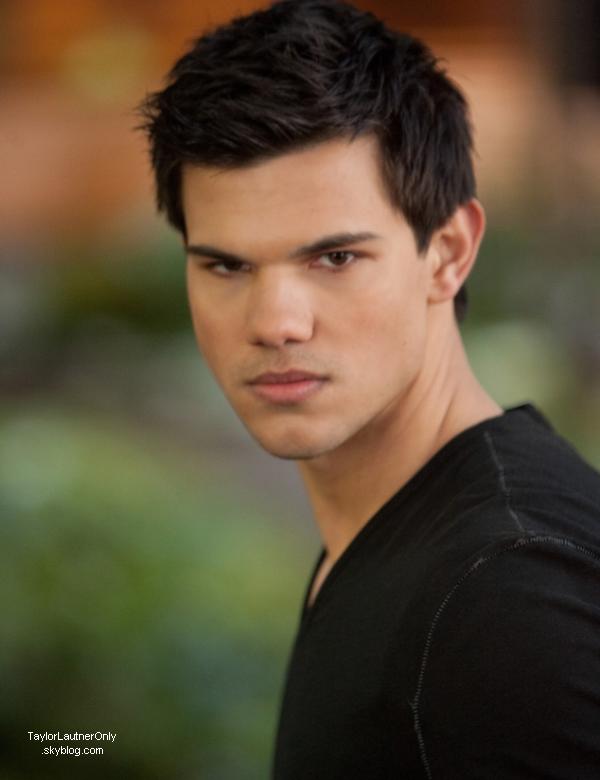 . Deux nouvelles photos de Taylor lors du tournage d'Identité secrète : .
