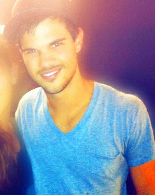 . Taylor avec des fans, date et lieu inconnus ♥ .