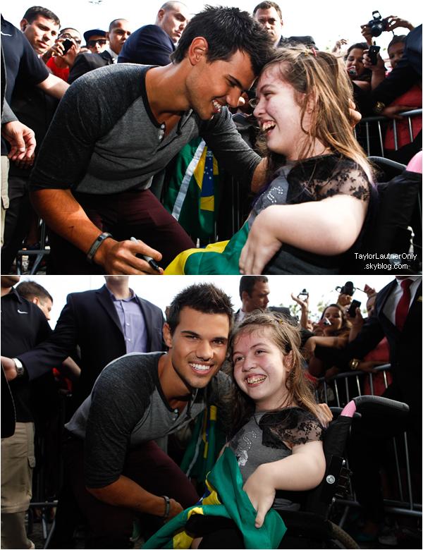 . Taylor Lautner lors d'une conférence de presse au Brésil ce 24 octobre :.
