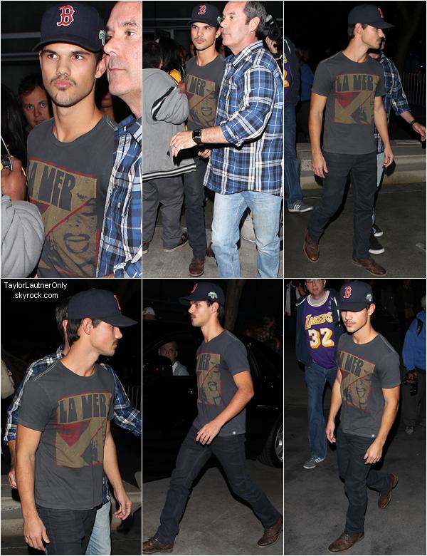 . Taylor a été voir un match au Staples Center de Los Angeles le 17 janvier  (vidéo) : .