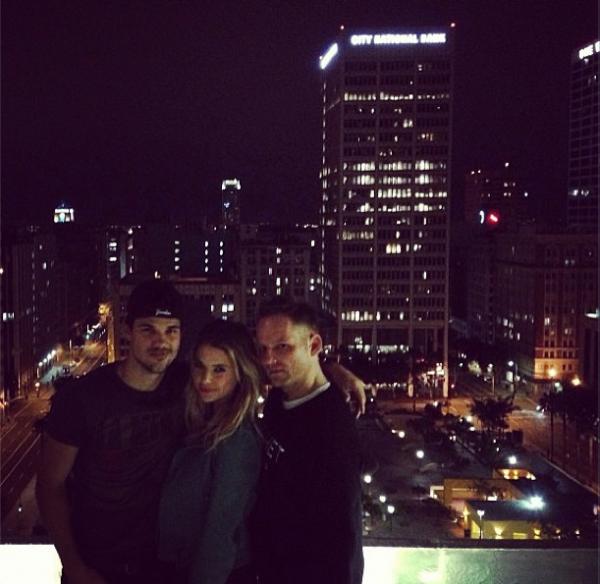 . Ahsley Benson a publié des photos de Taylor sur Twitter : .