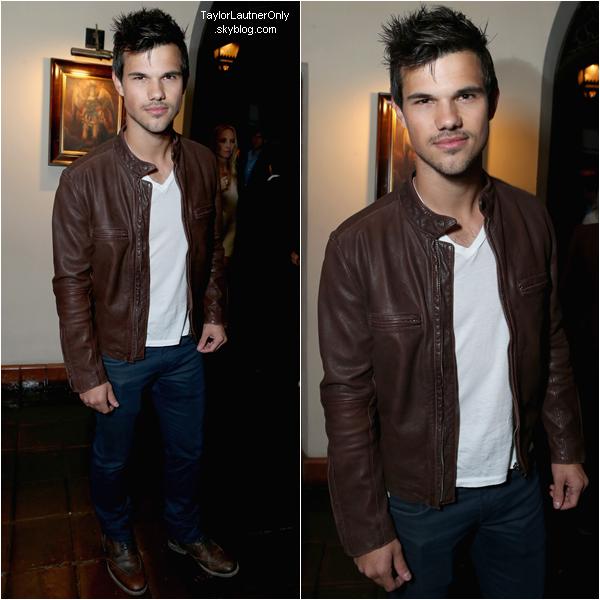 . Taylor était présent a une fête pré-Oscars le 23 février, un top pour sa tenue ! .