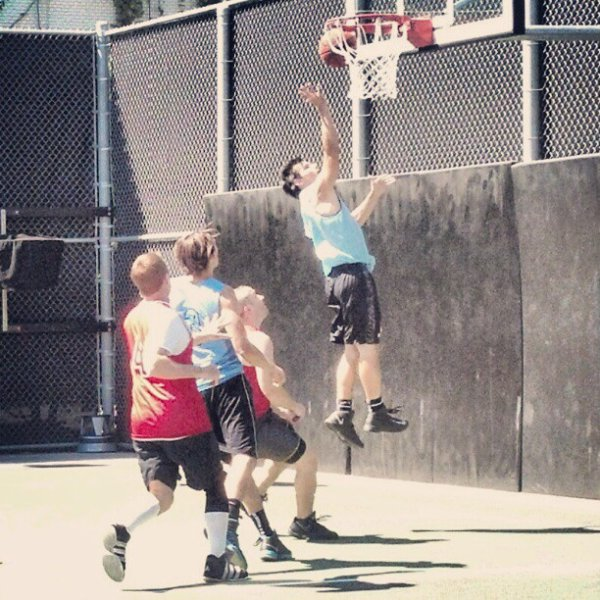 . Taylor a été vu le 7 mars sur un terrain de basket dans les studios Sony :.