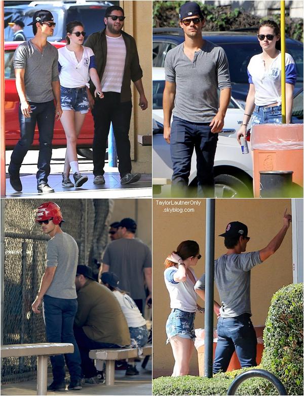 . Taylor et Kristen Stewart étaient avec des amis sur un terrain de baseball ce 12 mars :.