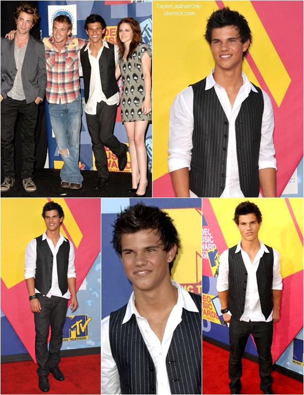 . En attendant les MTV Movie Awards qui se dérouleront le 14 avril prochain c'est l'occassion de découvrir (ou redécouvrir) les photo de Taylor la première fois qu'il a assisté à une cérémonie MTV, c'était en 2008 : .