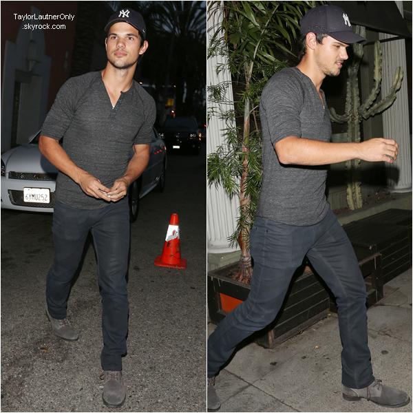 . Taylor a été vu quittant un restaurant dans Los Angeles le 24 avril :.