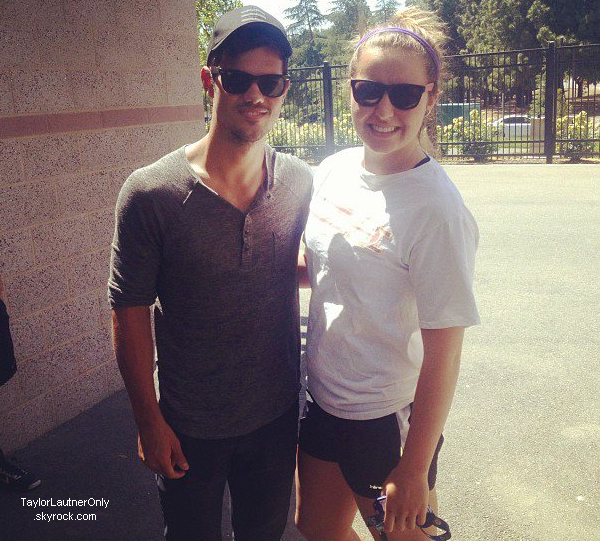 . Taylor a été assisté a un match de foot a l'université de Californie ce 4 mai : .