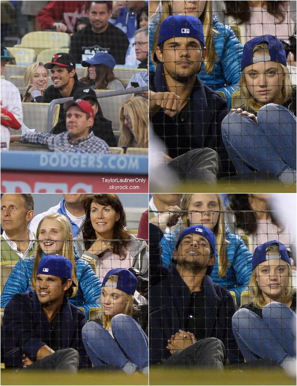 . Taylor a été vu à un match de baseball en compagnie de sa nouvelle copine : Maika Monroe  : .