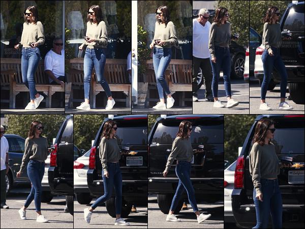 ' 26/05/17 : Miranda Kerr a été se chercher une glace au marchand de glace Sweet Rose - à Brentwood.  Le lendemain, Miranda et Evan se sont mariés dans leur propriété de Los Angeles devant une quarantaine de personnes. Félicitation à eux deux !  '