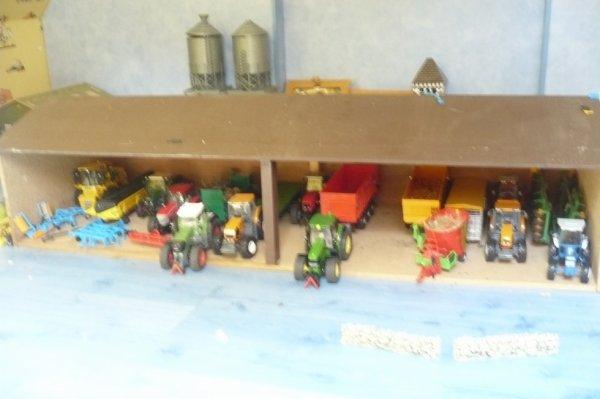 toute ma colection de mes miniature agricole (dans le hangar)