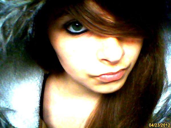 J ' essaye  de  faire  comme  si  tout  étais  normal  mais  derrière mon  sourire  &  mon  regard  j 'ai  mal ...