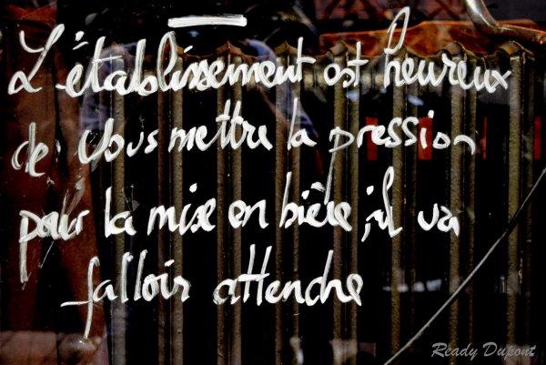Sur les vitres d'un bar Lyonnais