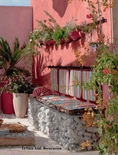 banc avec des caillous pour jardin