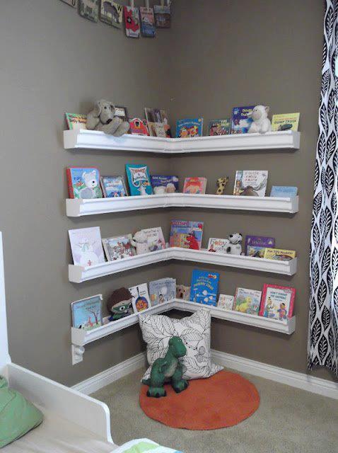 rangement pour livres et peluches chambre d'enfants coin lecture