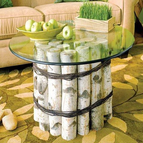 table de salon avec des rondins de bois et dessous en verre