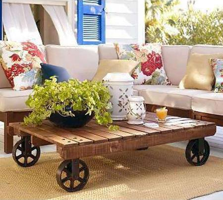 table basse avec des palettes sur roulettes