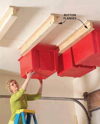 Etonnant Rangement Garage Avec Des Caisses En Plastiques Au Plafond