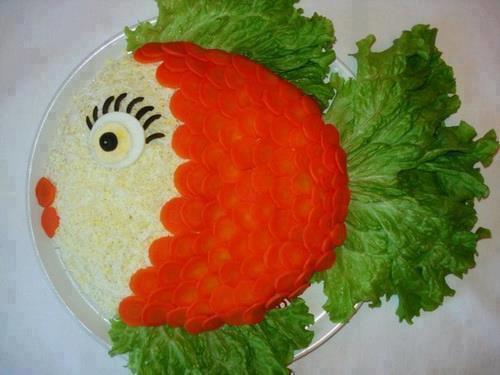 poisson de salade de riz , écailles de tomates ou de carottes , nageoires en salade , oeil en oeuf et olive noire
