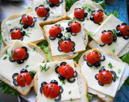 tartines de fromage et coccinelles tomates cerises et olives noires