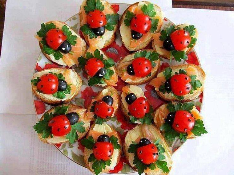 toasts de saumon et ces coccinelles de tomates cerises olives noires