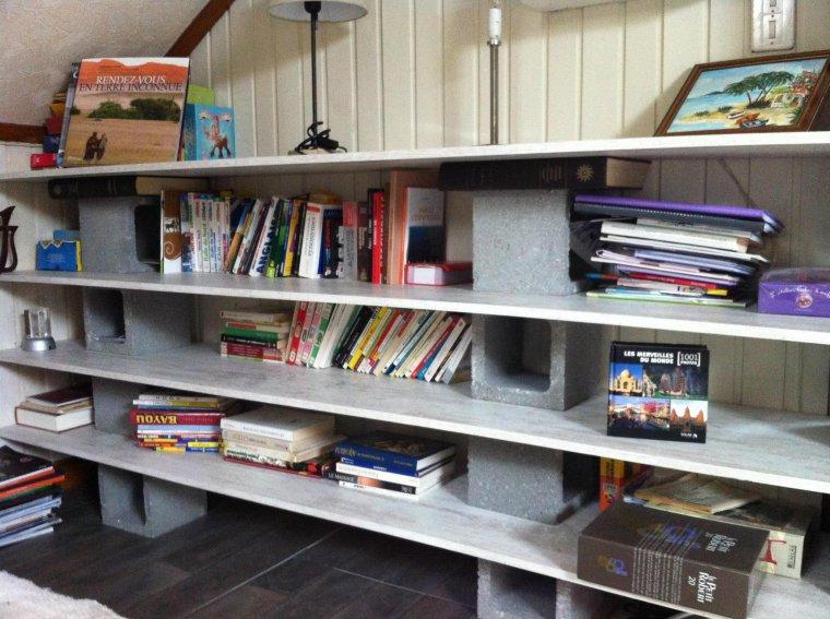 Une bibliothèque avec des planches et des plots seulement