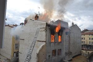 Un immeuble explose et prend feu en plein centre du Puy-en-Velay [vidéo & photos]