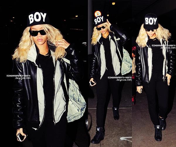"""26/03/12 : Rihanna a été aperçue très peu souriante hier soir à l'aéroport """"LAX"""" de Los Angeles pour prendre un vol en direction de Londres. Elle y est attendue pour participer à la première britannique du film """"Battleship""""."""