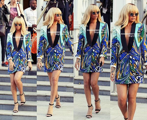 """29/03/12 : Rihanna a été aperçue hier après-midi arrivant à l'hôtel """"Mandarin"""" de Londres dans une tenue au motif floral. Puis elle s'est rendue à la radio """"BBC 1"""" de Londres et enfin elle a participé a l'avant première du film """"Battleship""""."""