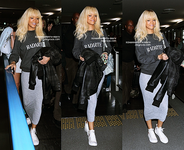 """31/03/12 : C'est une Rihanna très souriante que nous retrouvont à l'aéroport """"Narita"""" au Japon où elle a était accueillie par de nombreux fans japonais.                                                                                                                                                                      + Rihanna avec les cheveux noirs, le retour!!"""