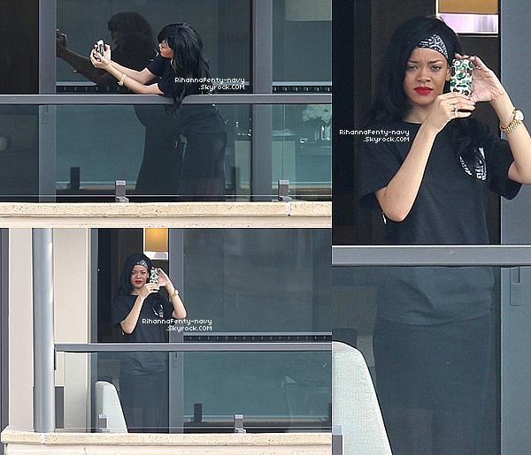 8/04/12 : Rihanna a été aperçue au balcon de sa chambre d'hôtel de Sydney.