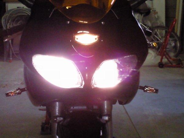 La moto avait les phares allumés.