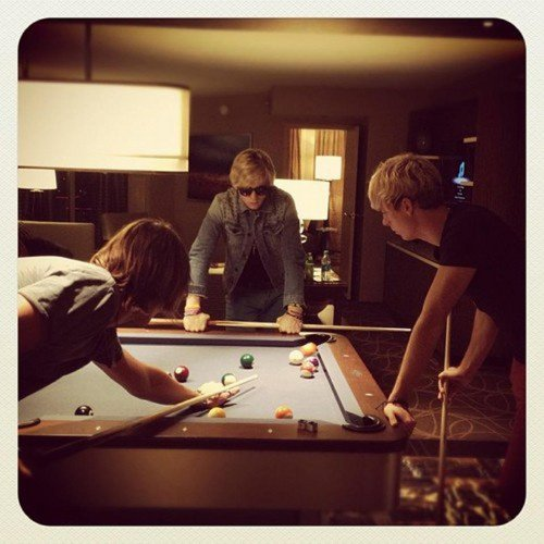 ils joue au billard !♥ :) vous croiyer que c leurs maison ?