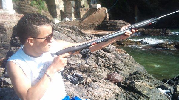moiii en mode  fusil chasse sous marine a la main