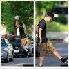 Justin continue de profiter de son temps libre à Toronto, il a été aperçu hier faisant du basketball avec un ballon de foot ^^: