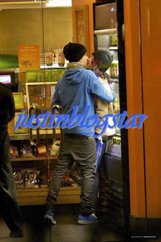 Justin & Selena Gomez ont été aperçus à Disneyland le 16 Janvier lorsqu'ils étaient dans une boutique (Jamba Juice) du parc, à Anaheim en Californie.