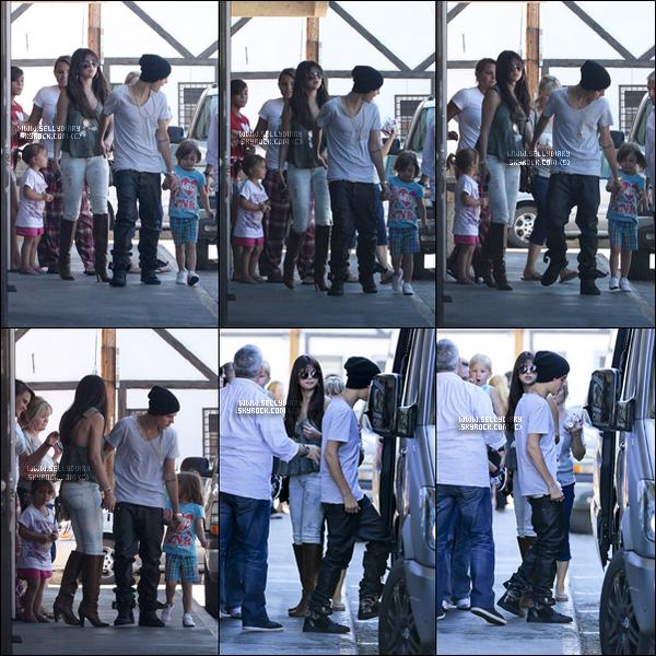 27.07.12 :  Selena a été vue quittant le  « Sushi Dan » après y avoir déjeuner avec Justin et sa famille à Los Angeles.