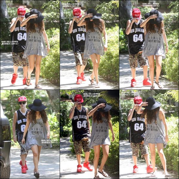 . . 12.08.12 : Selena a été aperçue en Californie se rendant chez son boyfriend, Justin, à Calabasas. . .