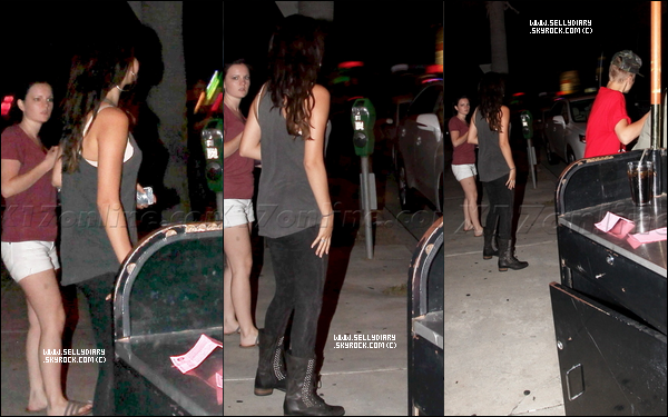 . . 14.08.12 : Selena ainsi que Ashley Cook ont été aperçut quittant un centre comercial à Los Angeles. . .